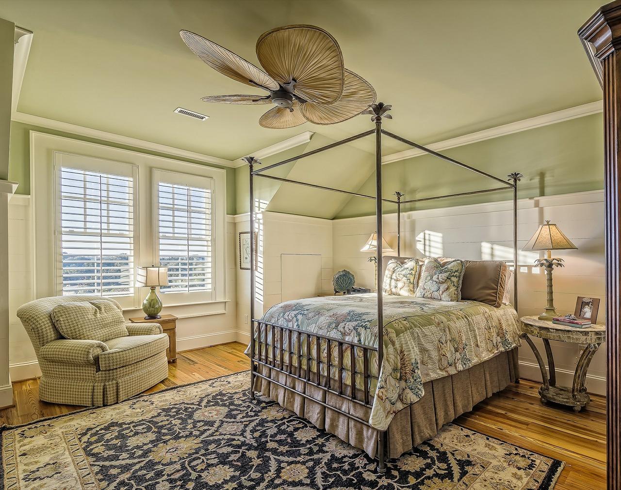 חדר פרטי עם כורסה ומיטה