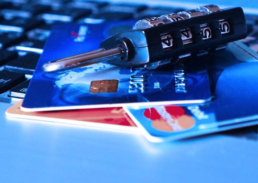 מנעול וכרטיסי אשראי