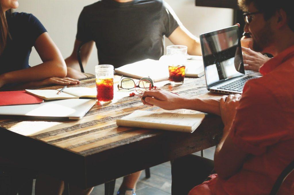 ישיבת בניית תוכנית עסקית עם אנשי מקצוע